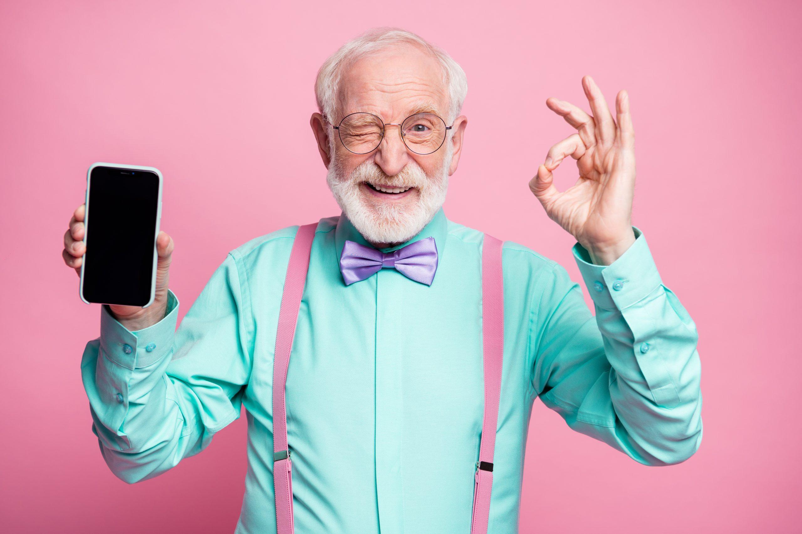 Älterer Herr hält Smartphone in der Hand