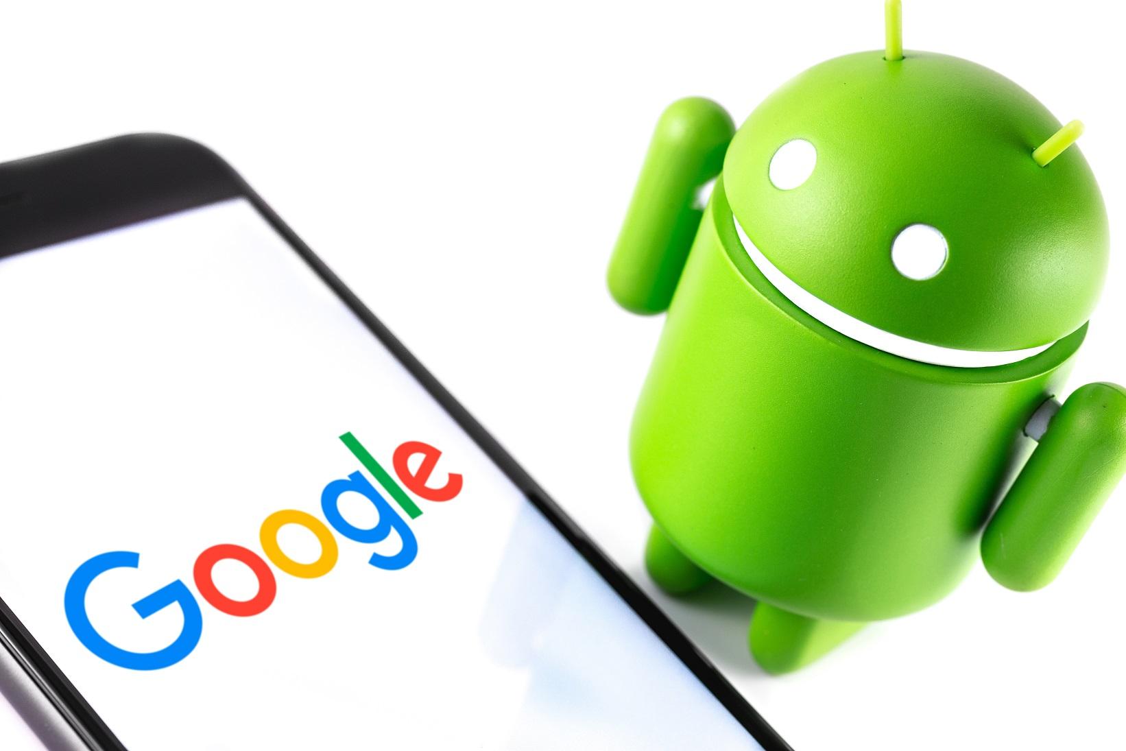 Google Android Figur und ein Smartphone