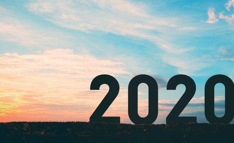 die Zahl 2020 vor einer Skyline