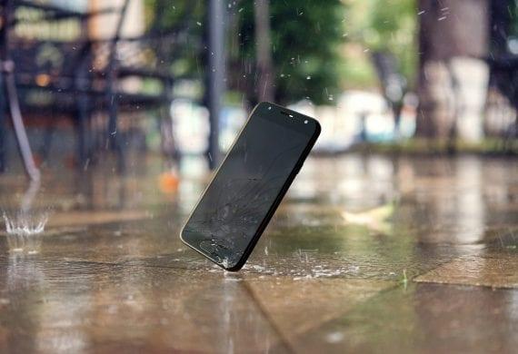 Smartphone stürzt auf Kopfsteinpflaster